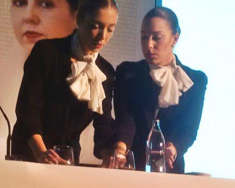 AECC 4 azafatas colocando la mesa